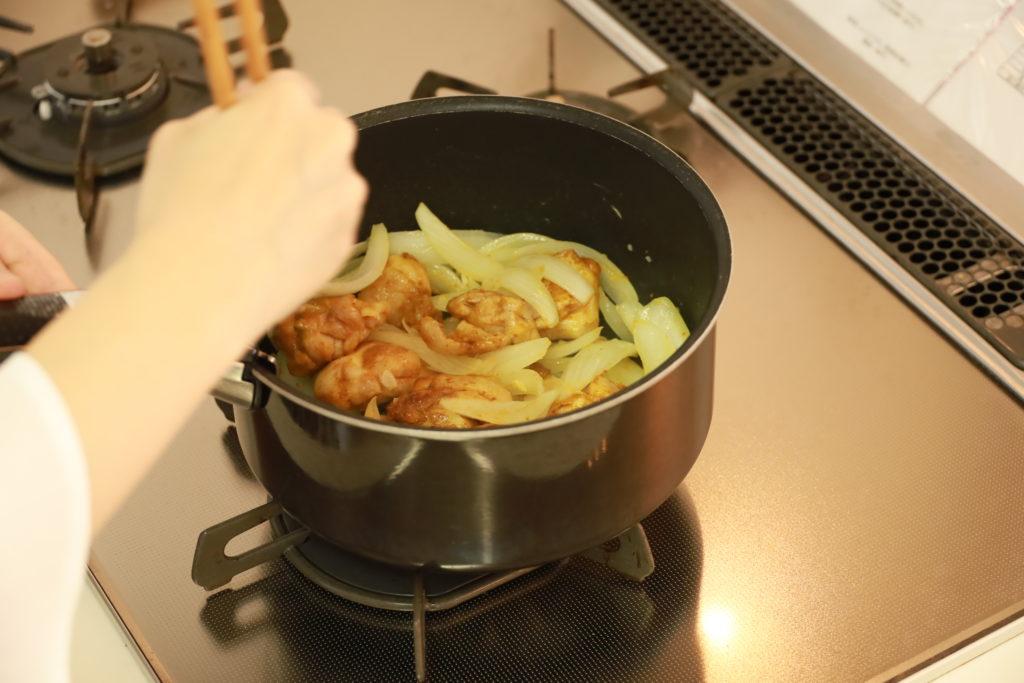 鍋に入った料理  自動的に生成された説明