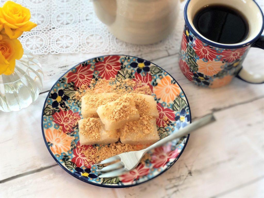 皿の上のケーキとコーヒー  自動的に生成された説明