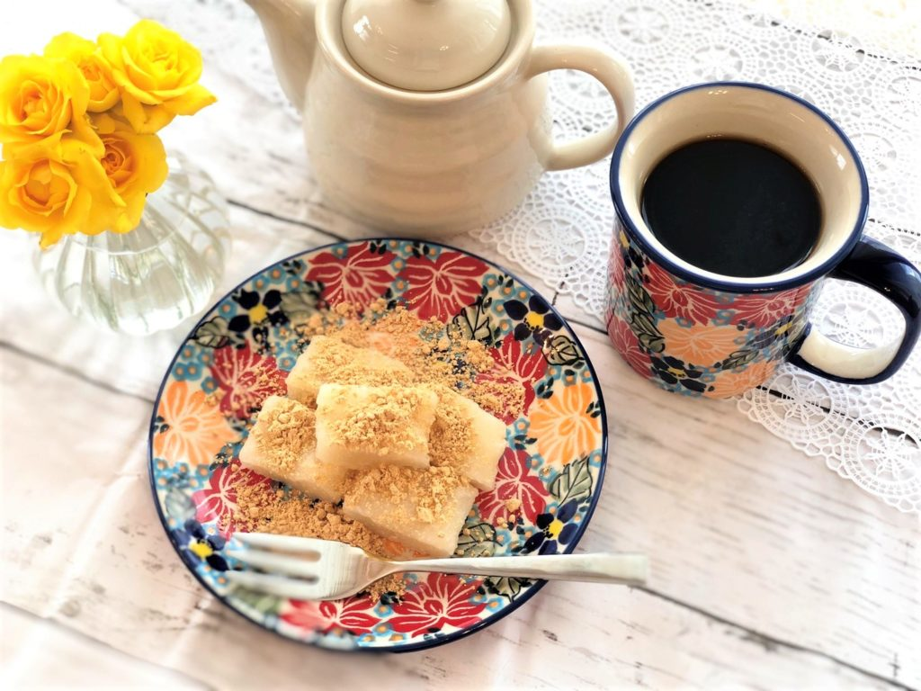カップ, コーヒー, テーブル, 食品 が含まれている画像  自動的に生成された説明