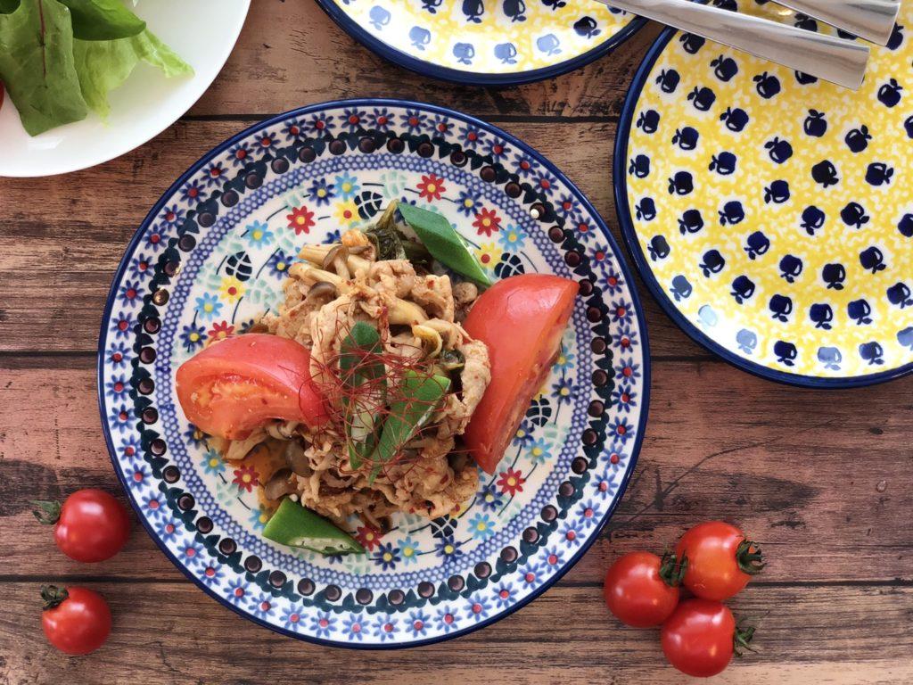 木製テーブルの上にあるサラダ  自動的に生成された説明